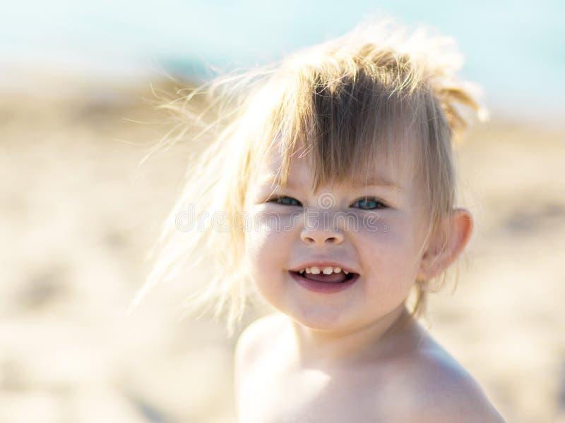Menina engraçada na praia imagem de stock royalty free