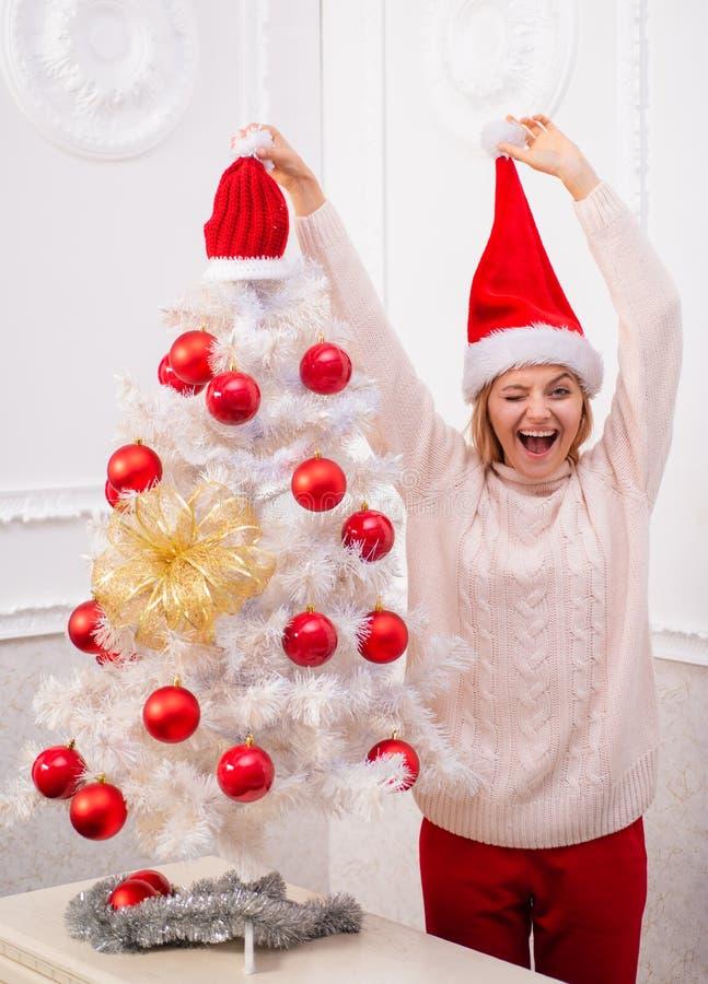 Menina engraçada no chapéu de Santa Menina feliz que prepara-se para comemorar o ano novo e o Feliz Natal foto de stock royalty free