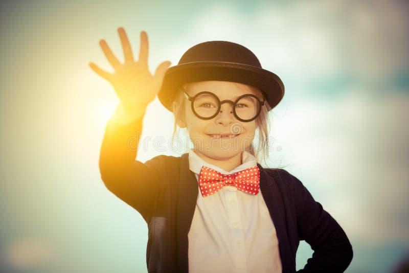 Menina engraçada no chapéu do laço e de jogador com olá! gesto imagens de stock royalty free