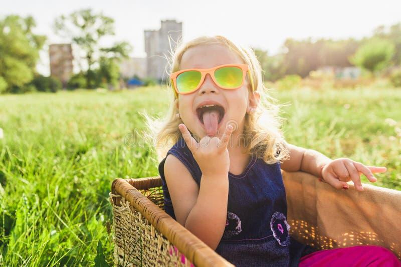 Menina engraçada nos óculos de sol fotos de stock