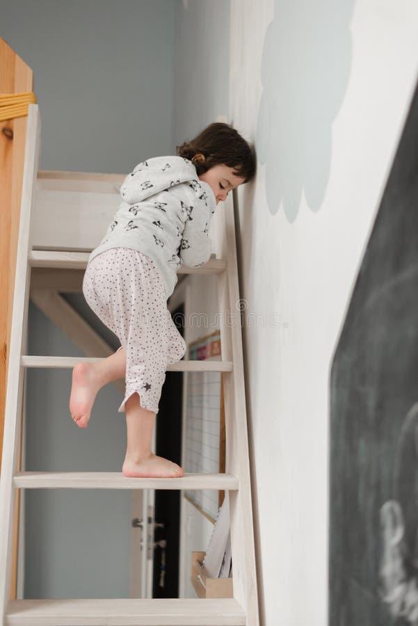 Menina engraçada nos pijamas bonitos que têm o divertimento imagem de stock