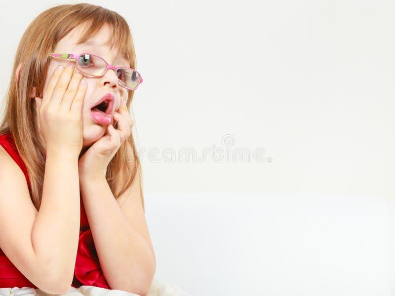 Menina engraçada nos vidros foto de stock