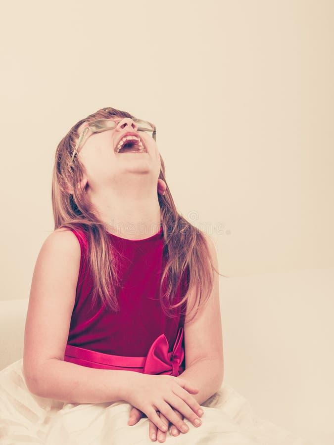 Menina engraçada nos vidros fotografia de stock