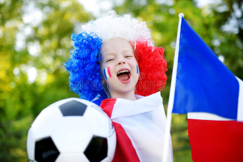 Menina engraçada que apoia e que cheering sua equipa de futebol nacional fotografia de stock