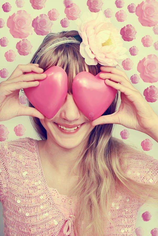 Menina engraçada que guarda corações no estilo do olho-vintage imagem de stock