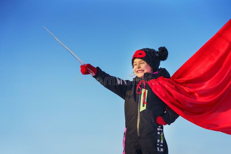 Menina engraçada que joga o super-herói do poder imagens de stock