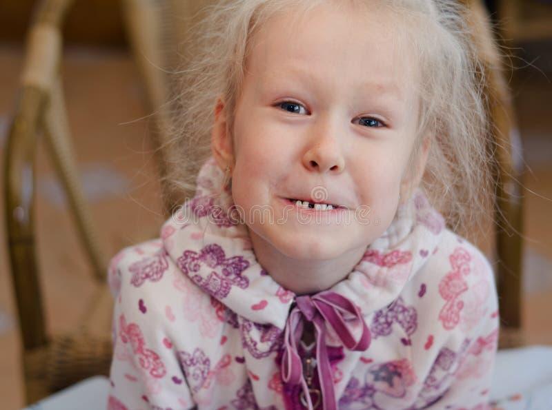 Menina engraçada que mostra fora seu dente faltante fotos de stock royalty free