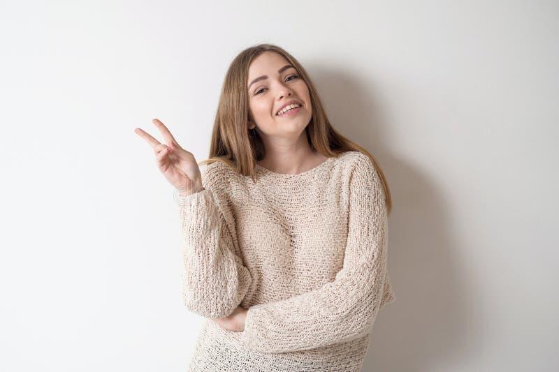 Menina engraçada que mostra o sinal de paz fotos de stock royalty free