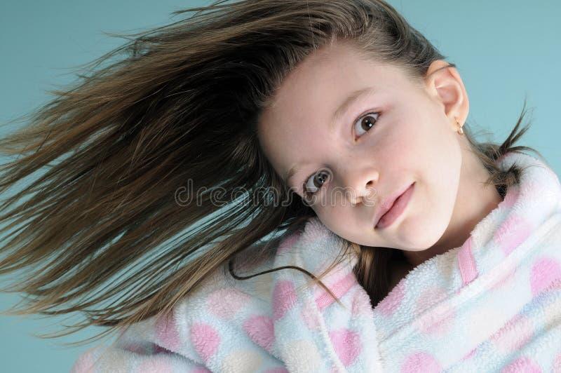 Menina engraçada que mostra a ondulação do cabelo fotografia de stock