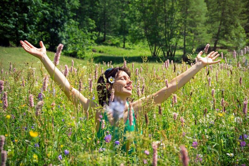 Menina entre flores da mola fotografia de stock royalty free
