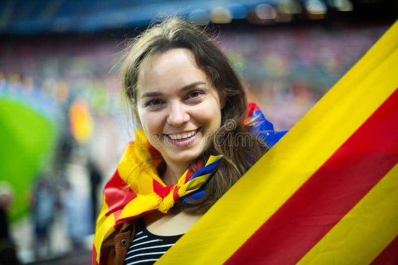 Menina entusiasmado com bandeira de Catalonia imagem de stock