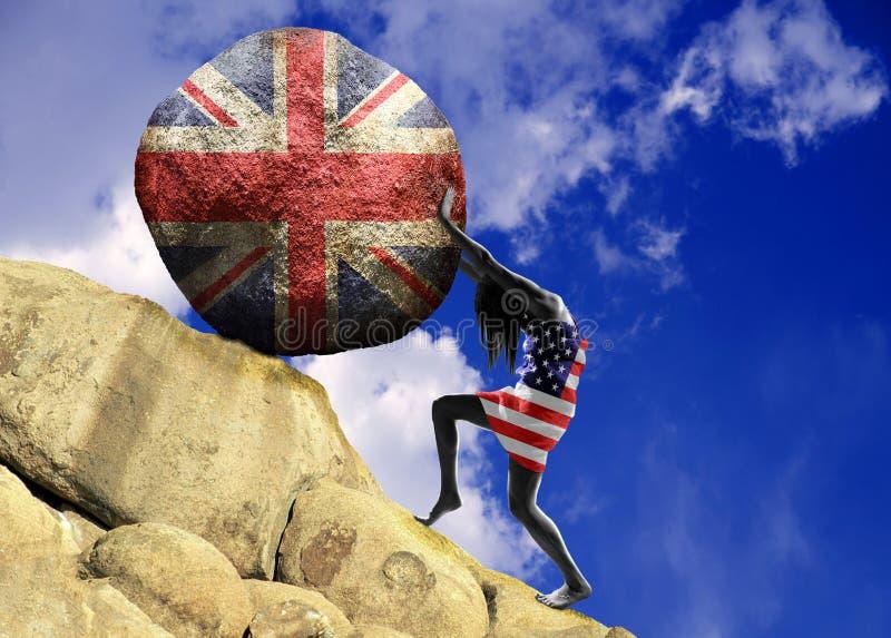 A menina envolveu na bandeira do Estados Unidos da América, aumenta uma pedra para a parte superior sob a forma da silhueta da ba fotografia de stock