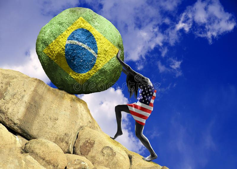 A menina, envolvida na bandeira do Estados Unidos da América, aumenta uma pedra para a parte superior sob a forma de uma silhueta fotos de stock