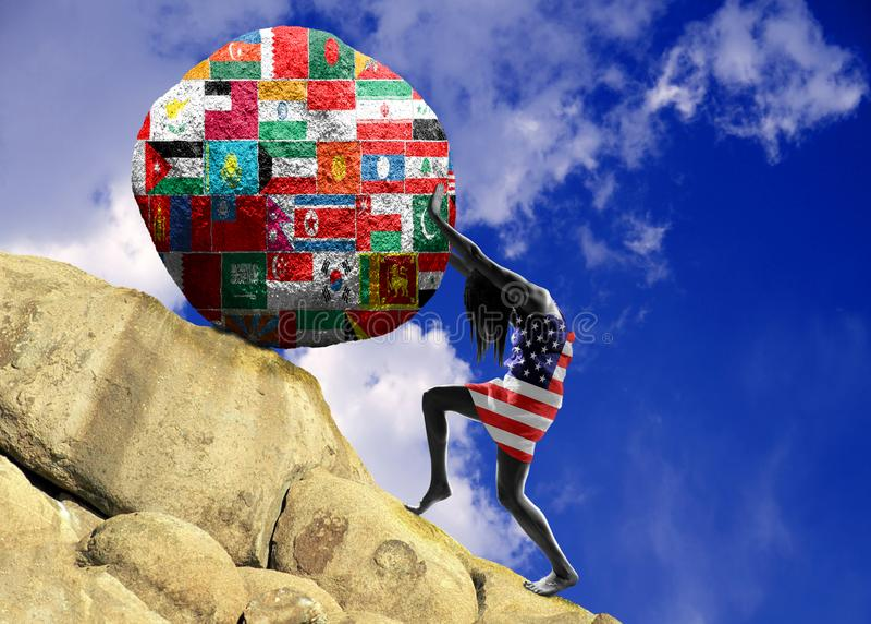 A menina, envolvida na bandeira do Estados Unidos da América, aumenta uma pedra para a parte superior sob a forma de uma silhueta imagens de stock royalty free