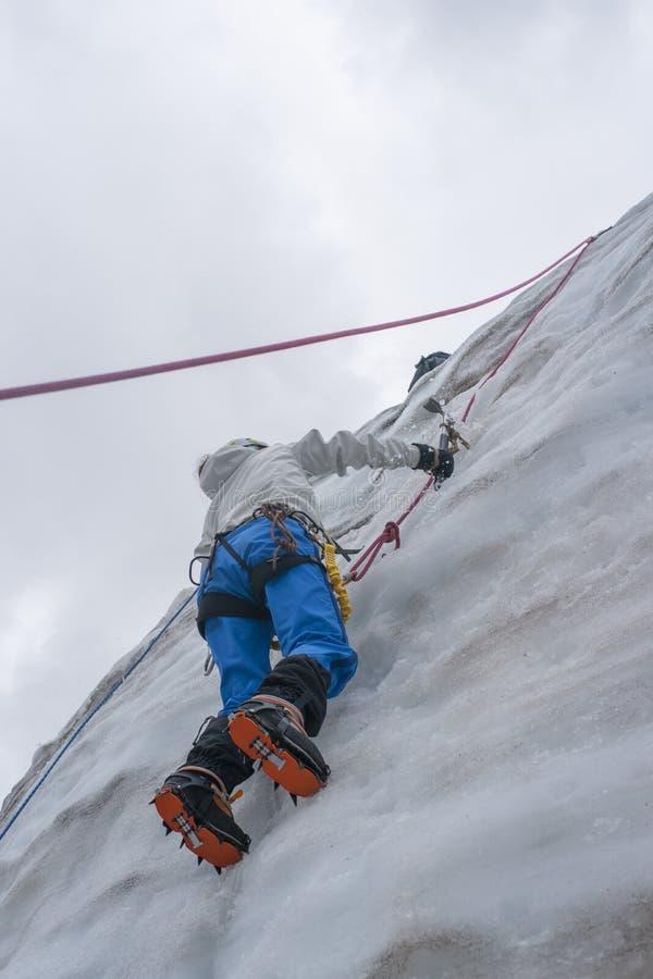 A menina escala acima no gelo fotografia de stock royalty free