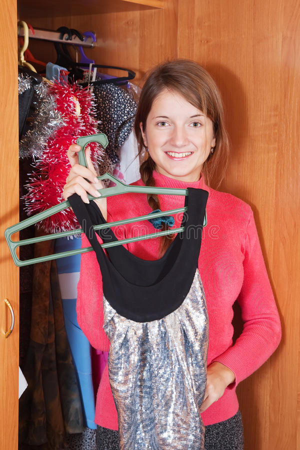 A menina escolhe o vestido no wardrobe foto de stock royalty free