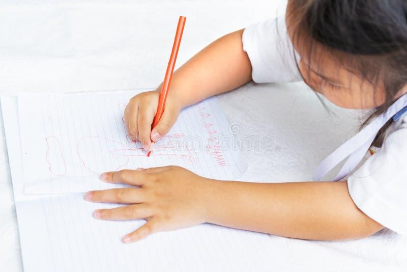 A menina escreve aos escrita-livros A decisão das lições a menina estabelece a tiragem da imagem imagem de stock royalty free