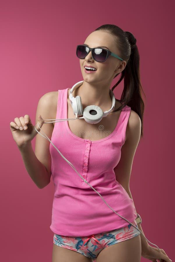 A menina escuta música imagem de stock