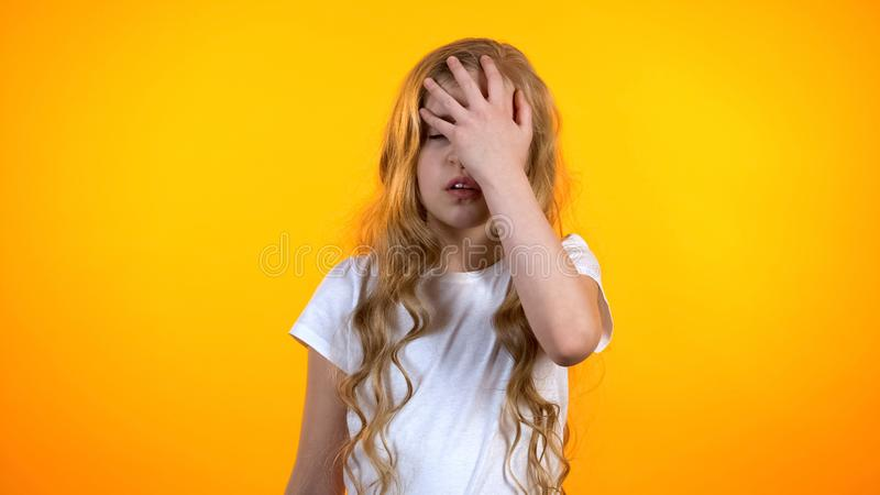Menina esgotada que faz o gesto do facepalm, falta de sentimento da energia, avitaminosis imagens de stock royalty free