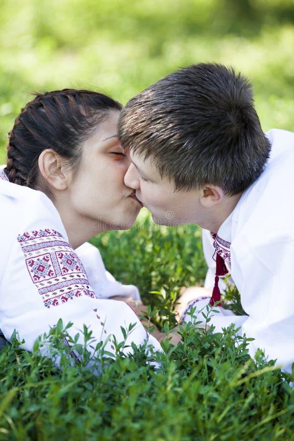 Menina eslava e cossack novo na natureza. foto de stock