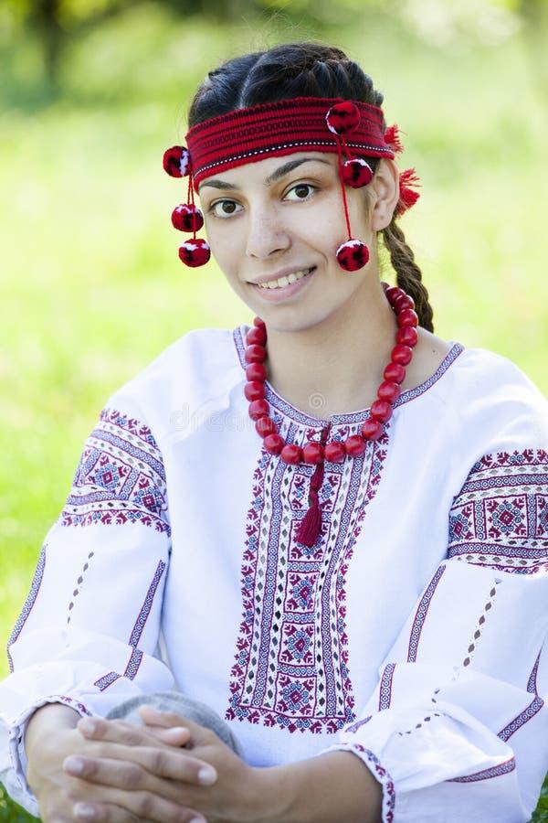 Menina eslava no prado verde. imagem de stock