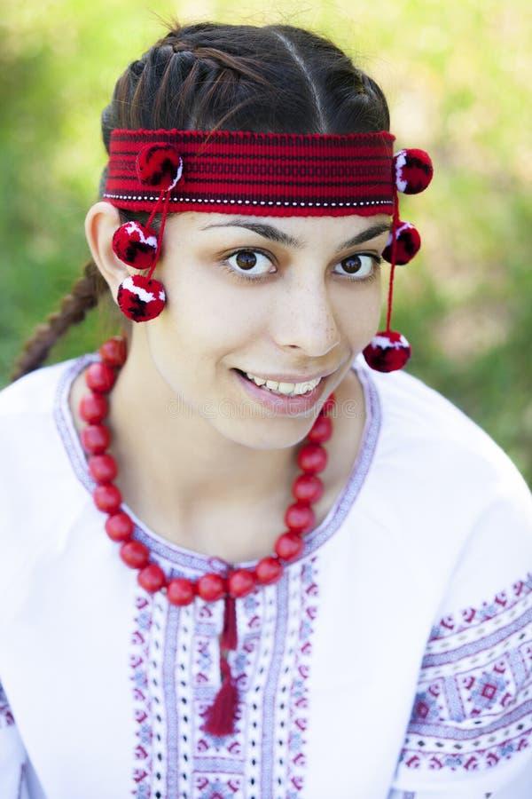 Menina eslava no prado verde. fotografia de stock