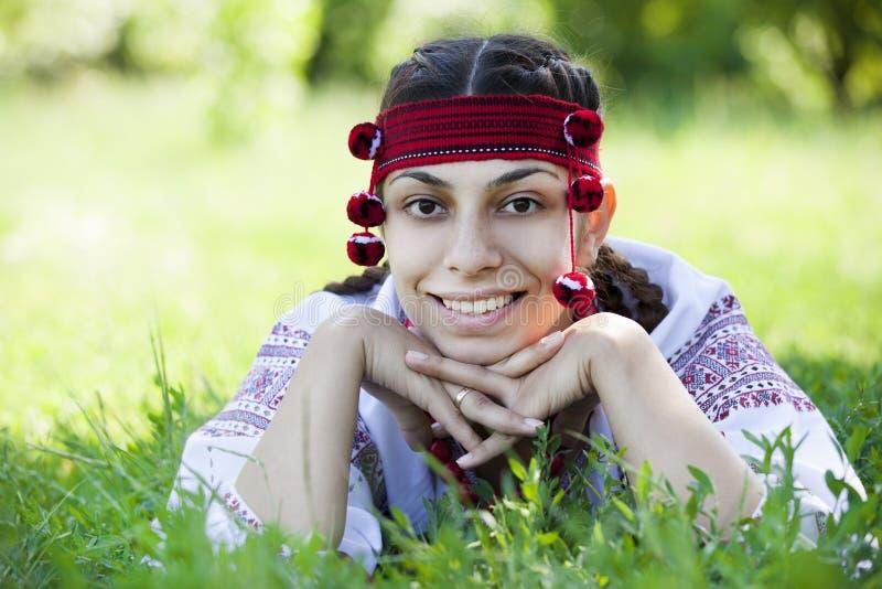Menina eslava no prado verde. imagens de stock