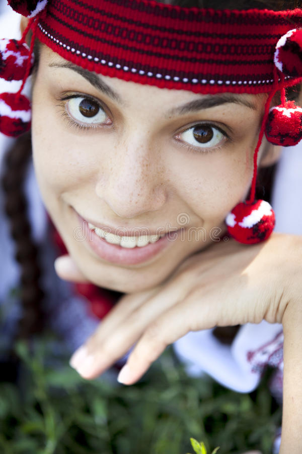 Menina eslava no prado verde. foto de stock