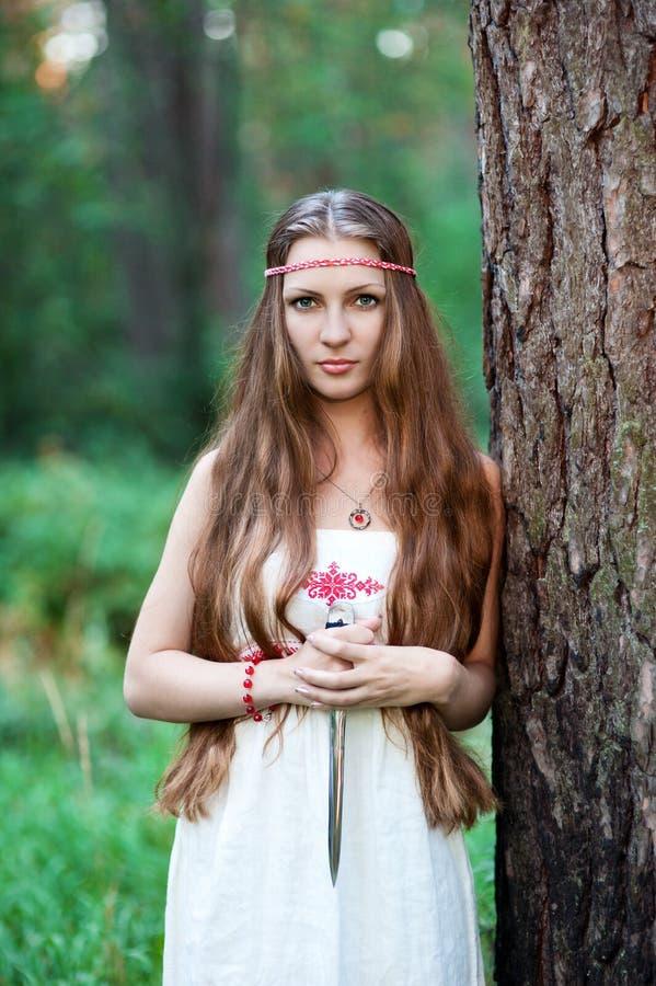 Menina eslavo pagão nova com um punhal foto de stock royalty free