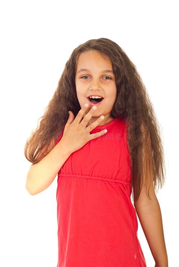 Menina espantada com cabelo longo