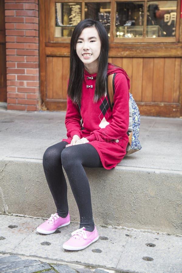 Menina esperta da beleza que senta-se nas escadas imagem de stock royalty free