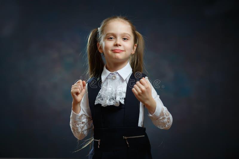 Menina esperta da escola no retrato uniforme do close up foto de stock