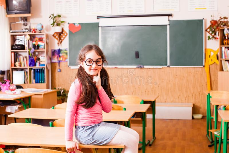 Menina esperta feliz na sala de aula fotos de stock royalty free