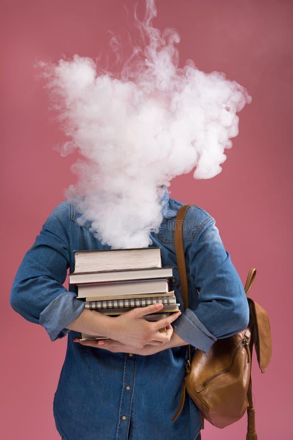 A menina esperta que tem seu cérebro começou a fumar do estudo fotografia de stock