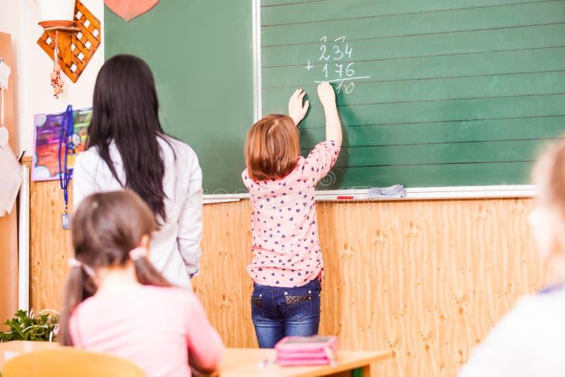 A menina esperta quer ao ansmer na lição imagens de stock