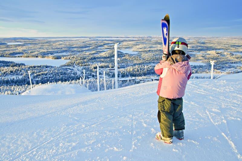 Menina-esquiador pequeno no monte imagem de stock