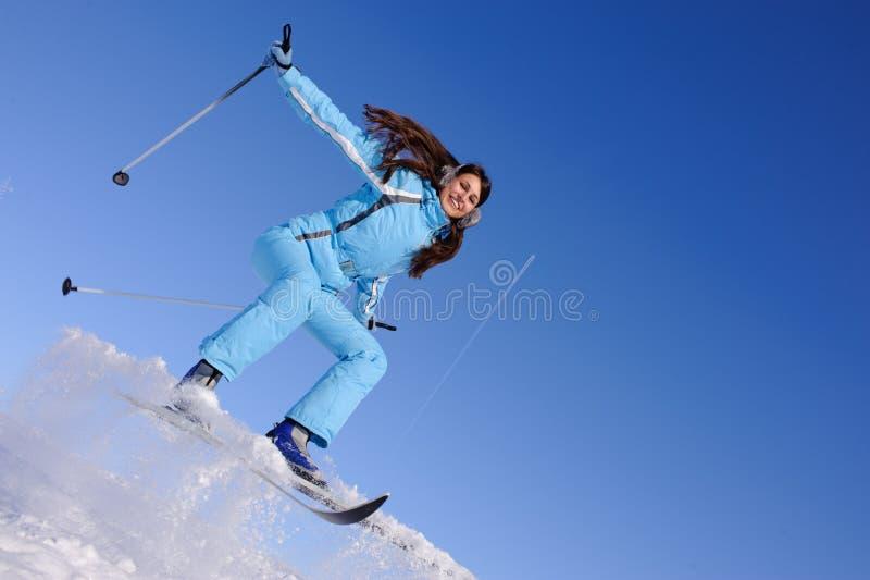 Menina a esquiar para baixo foto de stock royalty free