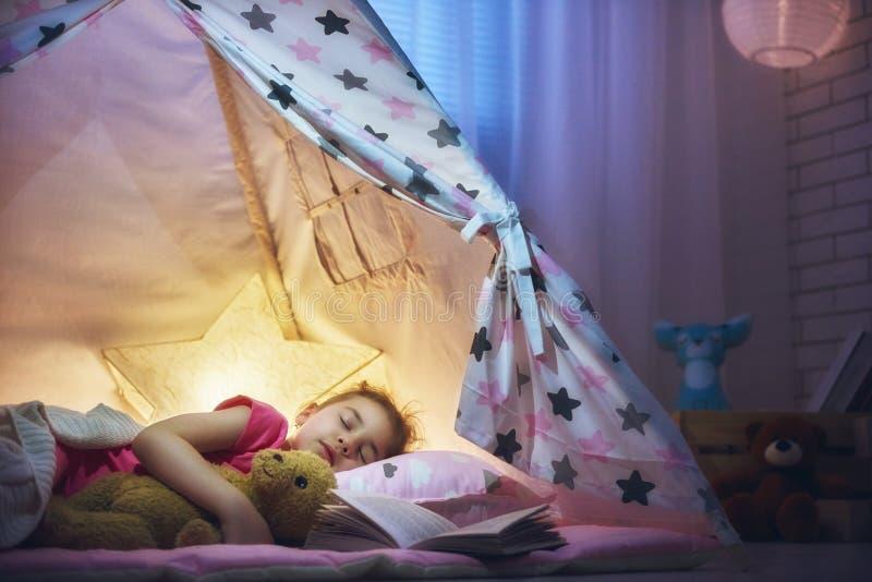 A menina está adormecido na barraca fotos de stock royalty free
