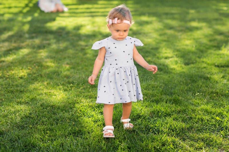A menina está andando no parque imagem de stock royalty free