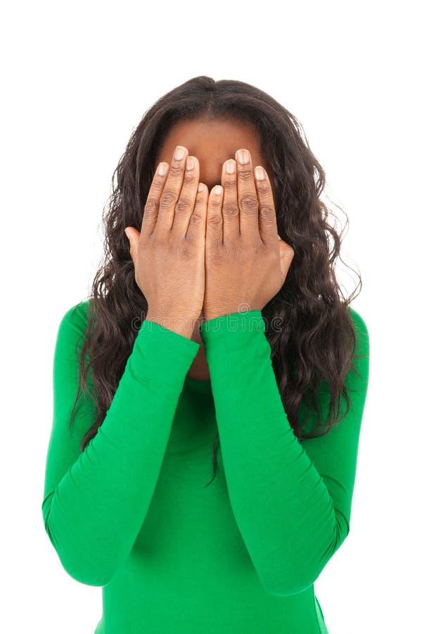 A menina está cobrindo os olhos com suas mãos imagens de stock royalty free