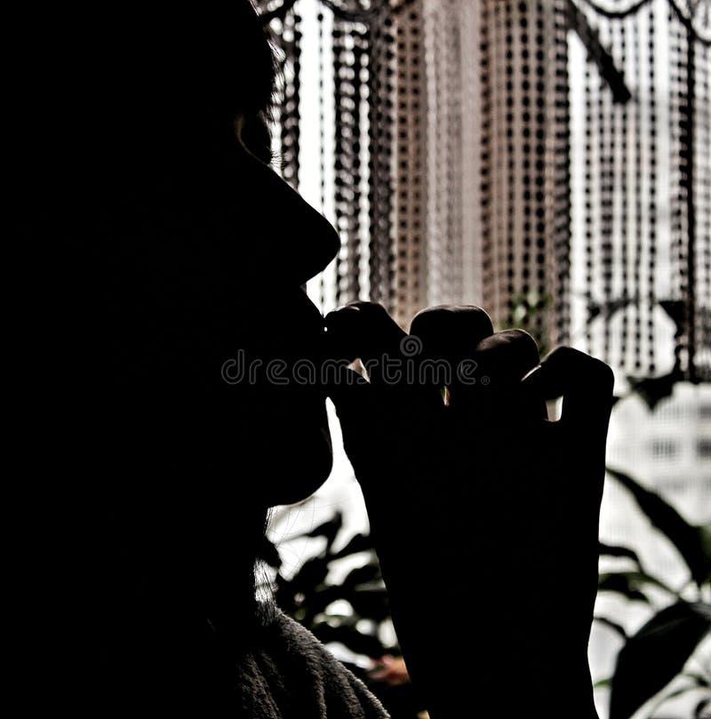 A menina está comendo algo saboroso A imagem em cores escuras fotografia de stock royalty free