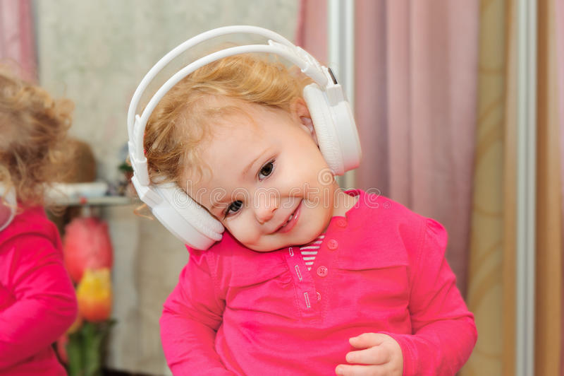 A menina está dançando nos fones de ouvido foto de stock royalty free