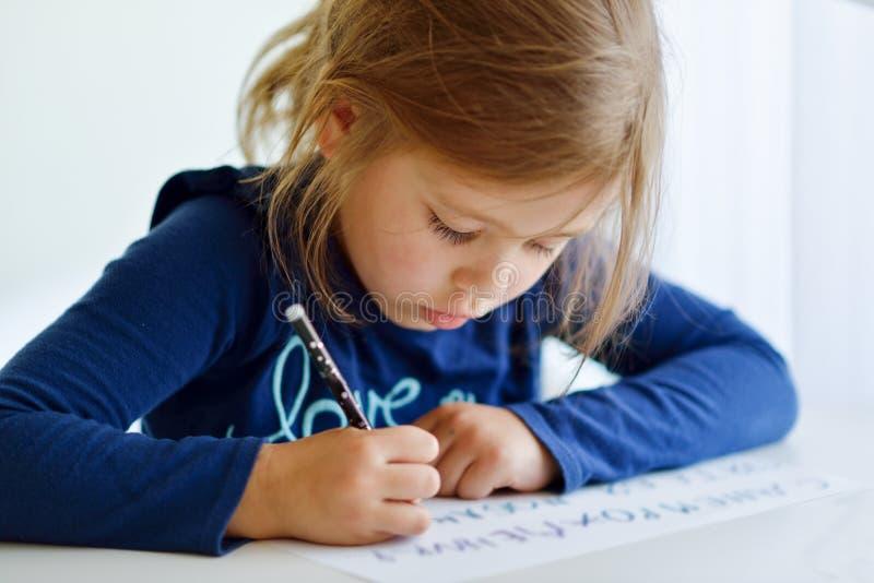 A menina está escrevendo fotos de stock royalty free