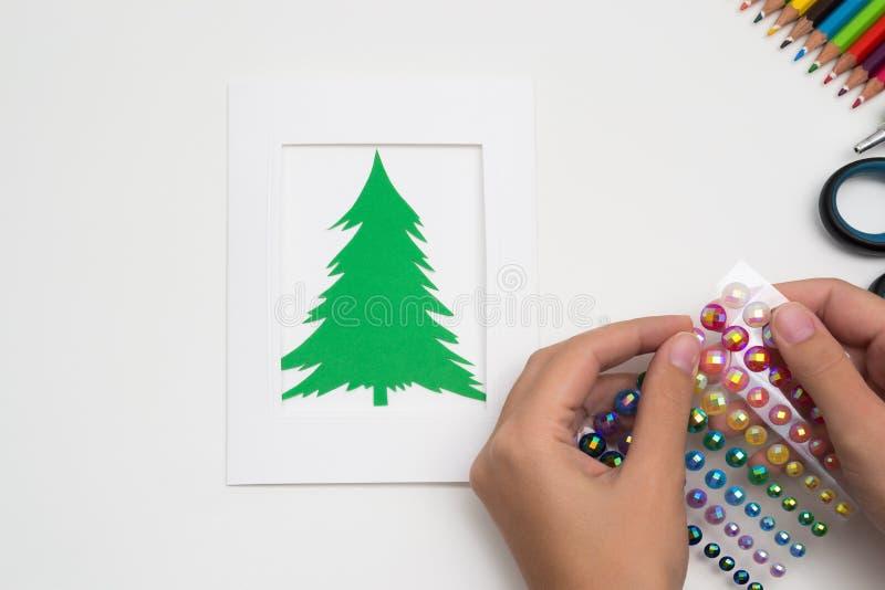 A menina está fazendo o cartão de Natal foto de stock royalty free