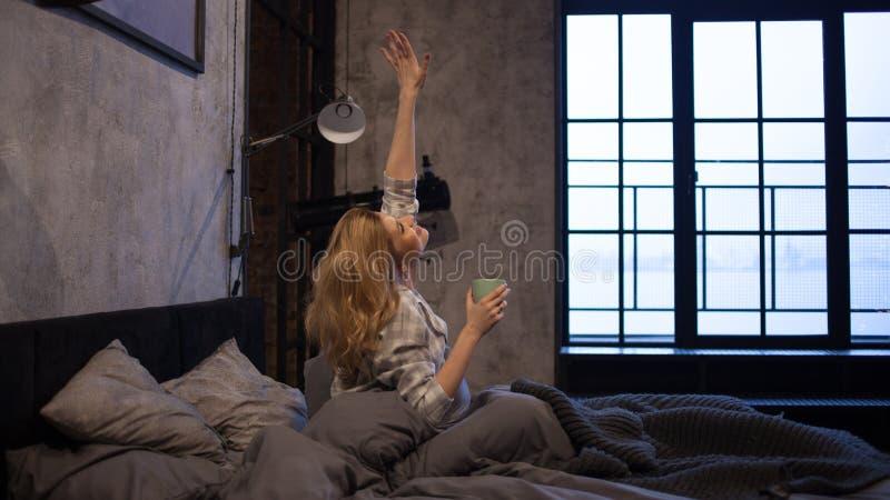 A menina está feliz acordar na manhã, começo alegre do dia imagem de stock royalty free