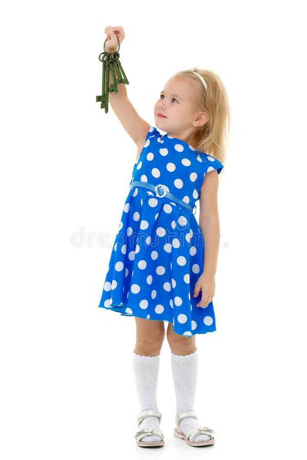 A menina está guardando chaves à porta foto de stock royalty free