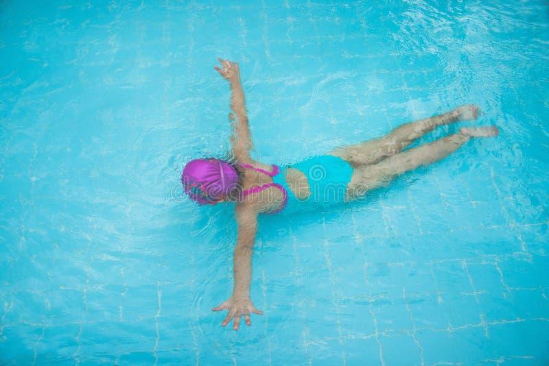A menina está mergulhando sob a água na piscina imagens de stock royalty free