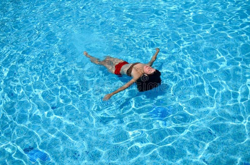 A menina está nadando na associação fotos de stock