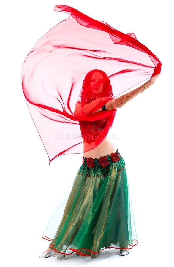 A menina está no terno de um dançarino oriental com um lenço fotos de stock