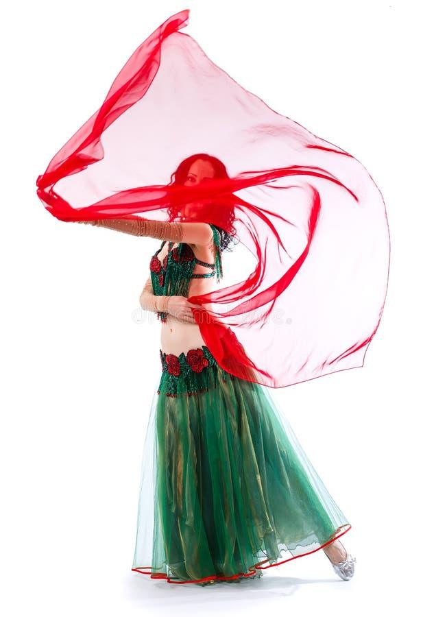 A menina está no terno de um dançarino oriental com um lenço fotos de stock royalty free
